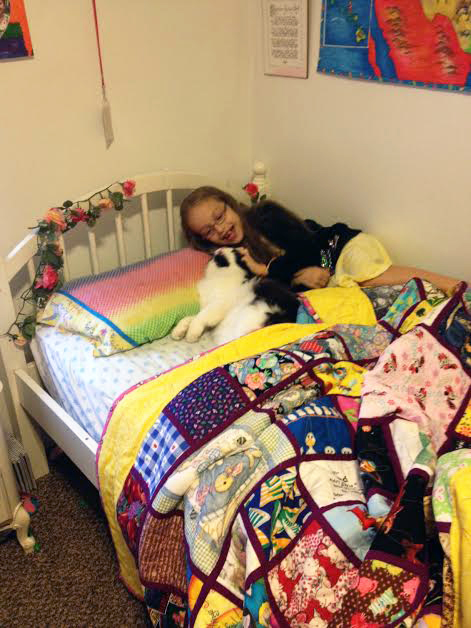 Hanna, kitty and quilt